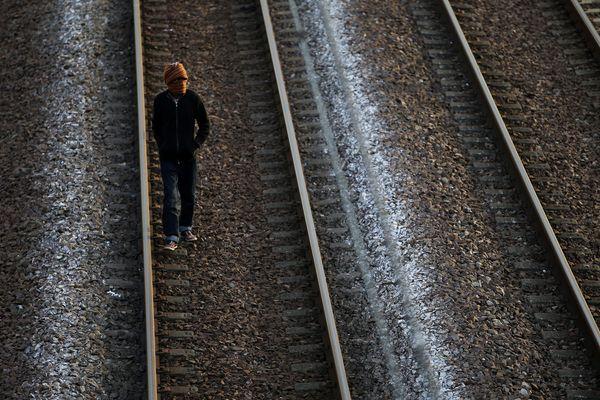 Un migrant sur les voies près d'Eurotunnel le 30 juillet dernier. (image d'illustration)