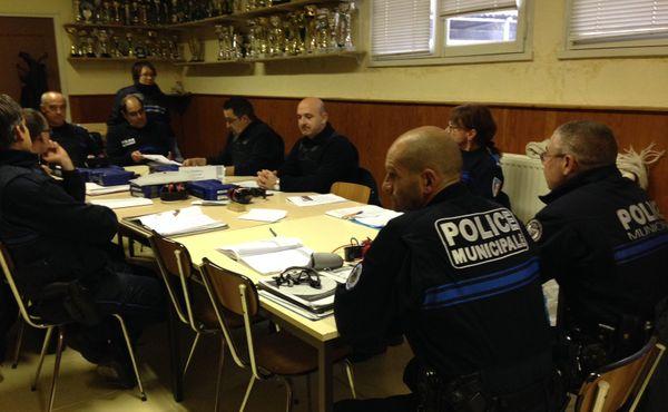Des policiers municipaux chalonnais lors d'un cours théorique préalable au port d'arme.