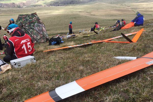 Les participants au championnat de France de course de planeurs attendent de pouvoir faire décoller leurs appareils radiocommandés en haut du col de la Croix Morand (63)