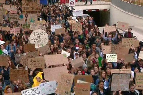 La Rochelle - beaucoup de lycéens dans les rues pour la grève pour le climat - 15 mars 2019.