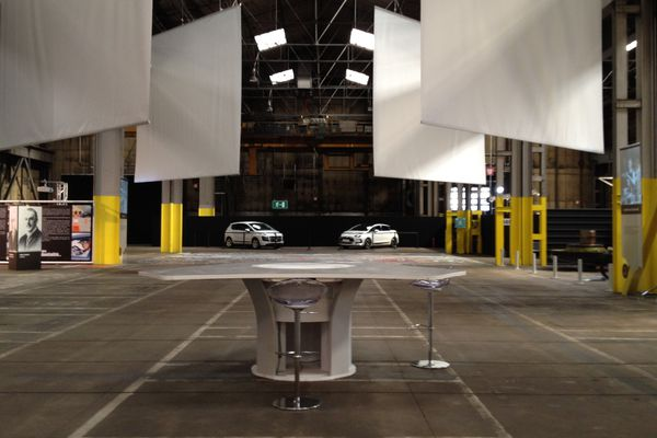 L'exposition des 100 ans de l'usine de Peugeot à Sochaux a lieu dans un gigantesque hangar...encore vide