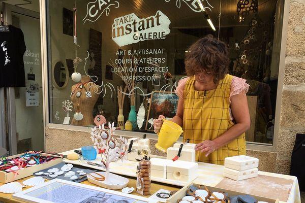 Sandrine Rongier travaille avec des artisans et des savoirs-faire locaux.