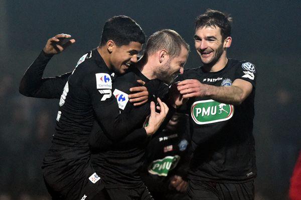 La joie des Guingampais suite à leur deuxième but inscrit par Mathieu Bodmer.