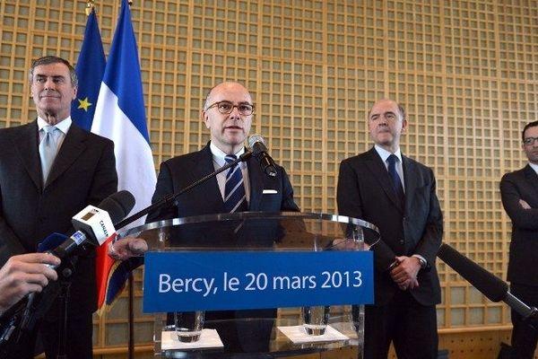 Bernard Cazeneuve entouré de son prédécesseur Jérôme Cahuzac et de Pierre Moscovici, Ministre de l'Economie et des Finances