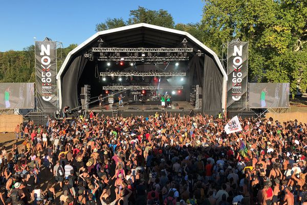 La foule devant la grande scène, pendant le concert de Skarra Mucci & Dub Akom.