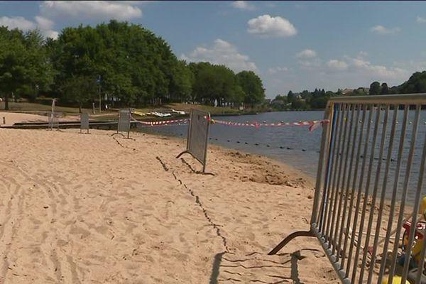 Les familles doivent se contenter des jets d'eaux installés à proximité de l'étang.