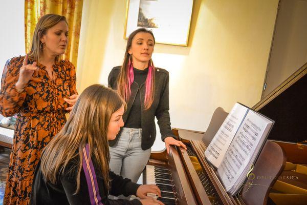 Opus Corsica a organisé une résidence d'artistes avec Eléonore Pancrazi (à gauche), Laura Sibella (au piano) et Amélie Tatti (à droite).