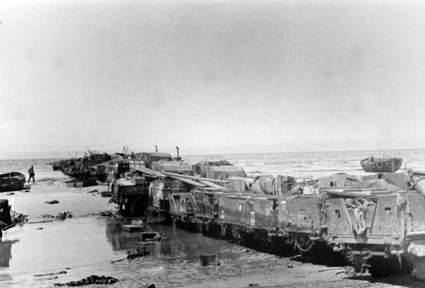 Ces jetées de fortune, constituées de véhicules alignés, seront photographiées par les Allemands après la chute de Dunkerque.