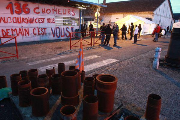 Le combat pour sauver l'usine déjà en 2015. La longue nuit des salariés de MetalTemple avant de connaître le résultat des négociations concernant le plan de sauvegarde de l'emploi le 23 mars 2015 à Fumel ( Lot-et-Garonne )