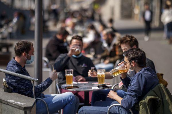 Les terrasses ont rouvert depuis lundi en Suisse où le protocole sanitaire a été allégé