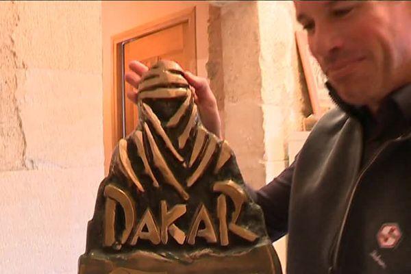 Matthieu Baumel porte fièrement son trophée du Dakar 2015