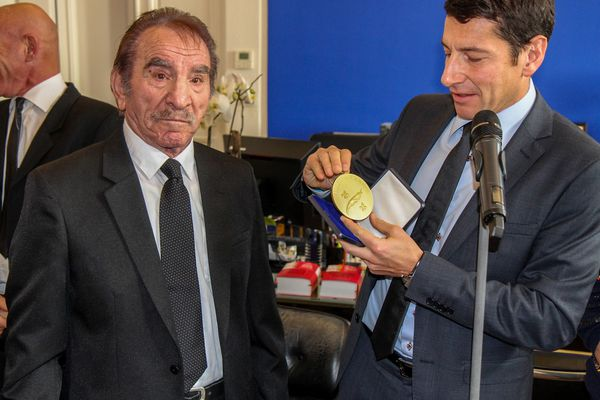 En décembre 2014, quelques mois après son départ à la retraite, Michel Gerardi recevait la médaille d'Or de la ville de Cannes des mains du maire David Lisnard.