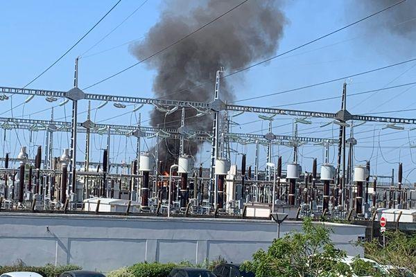 Sur cette photo transmise par un internaute, une épaisse fumée se dégage du site géré par RTE.