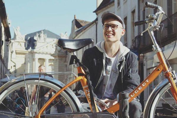 Lilian Bonnard a créé sa microentreprise spécialisée dans la réparation de vélos : il vient chercher les bicyclettes à domicile et les rapporte !