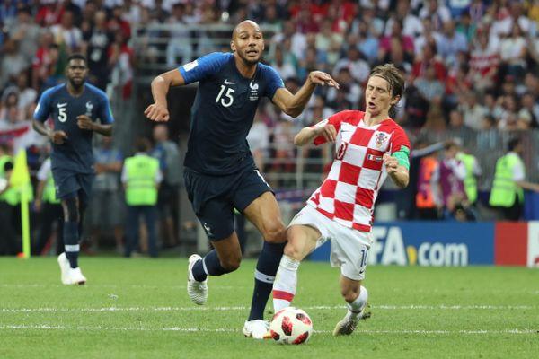 Steven Nzonzi face au Croate Luka Modric lors de la finale de la Coupe du Monde 2018.
