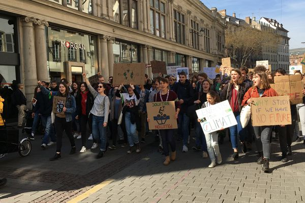 Plusieurs centaines de jeunes ont défilé pour le climat dans le centre-ville de Strasbourg, en direction du campus de l'Esplanade.