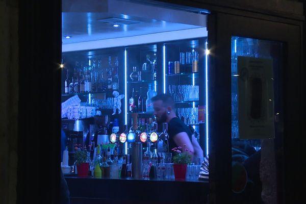 Il est minuit passé. Tous les clients de ce bar branché des quais de Saône sont partis