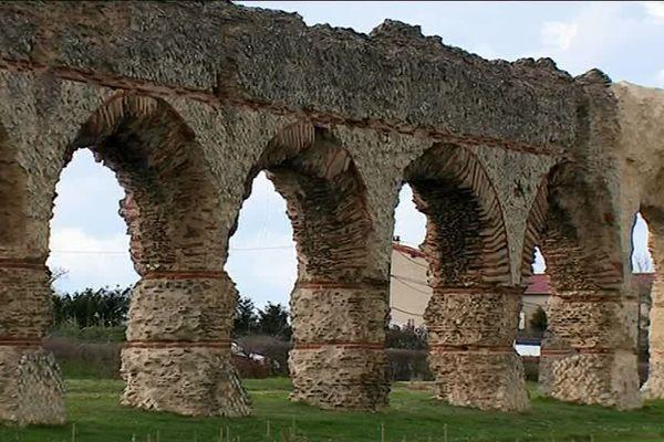 Cette enfilade de 72 arches datant de l'époque gallo-romaine constitue la plus longue section d'aqueduc aérien en France et fait partie des sites en mauvais état à préserver selon S.Bern.