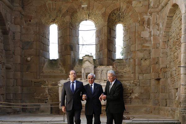 Le Président François Hollande (à gauche), son homologue allemand Joachim Gauck (à droite) et Robert Hébras (au centre) survivant du massacre, réunis dans les ruines de l'église d'Oradour-sur-Glane, le 4 septembre 2013