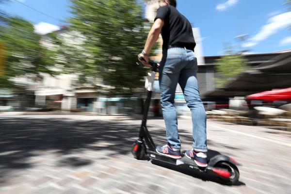Les trottinettes et les vélos sont interdits de circulation sur les trottoirs de la ville de Rouen. Ils doivent rouler au pas sur les espaces piétons.
