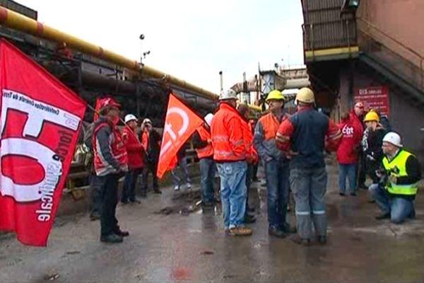 L'intersyndicale d'ArcelorMittal Florange aux pieds des hauts-fourneaux de Florange, mardi 18 décembre 2012.