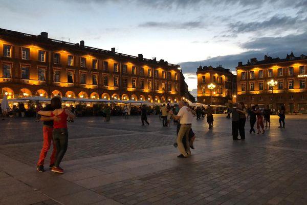 Des danseurs de tango place du Capitole à Toulouse