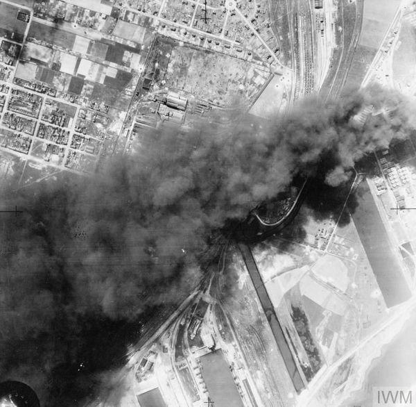 Photo aérienne britannique des dépôts de carburant en feu à Dunkerque en juin 1940.