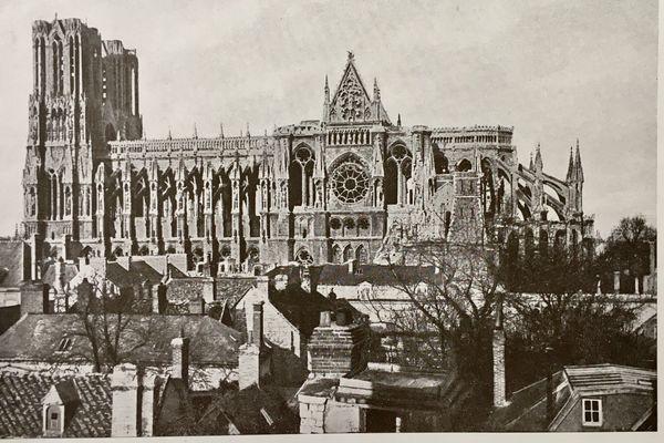 La cathédrale Notre-Dame de Reims incendiée en septembre 1914, ici en 1917.
