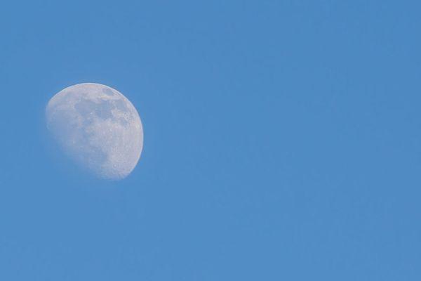 lune dans ciel bleu