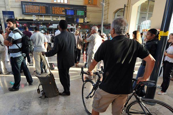ARCHIVES. Des usagers de la SNCF regardent le tableau des départs des trains alors que le trafic ferroviaire est fortement perturbé en gare Saint-Charles à Marseille.