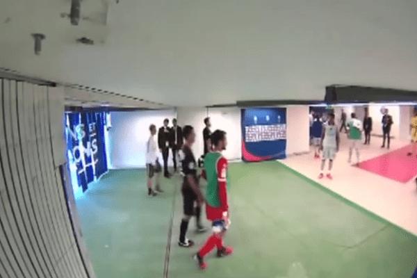 Quelques secondes avant le coup de tête, Thiago Motta rentre aux vestiaires. Brandao se trouve sur son chemin.