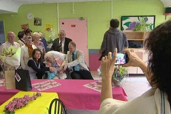 Alice Delbende, entourée de sa famille, le jour de ses 110 ans.