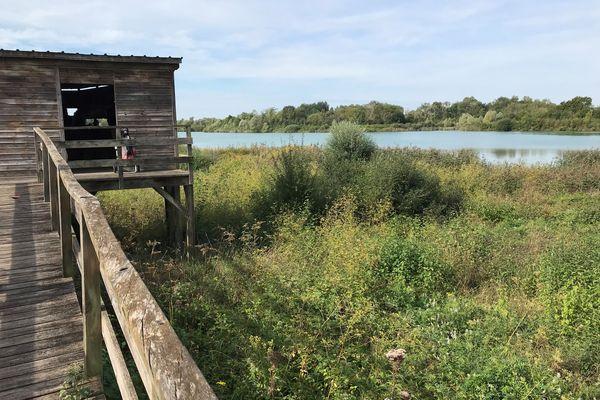 Un ancien site d'extraction a été aménagé et couvert d'eau pour en faire un site naturel et protégé.