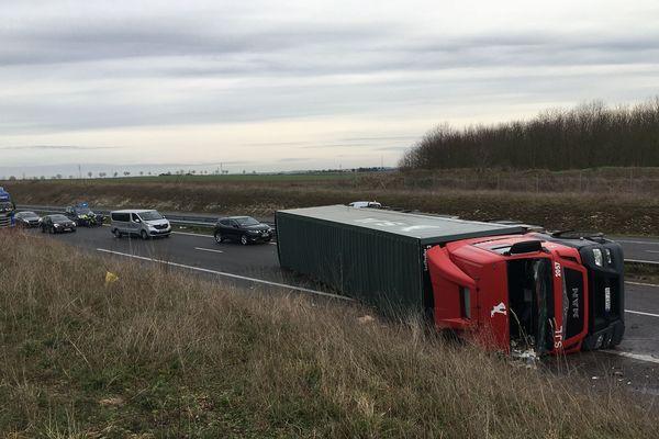 Le camion est couché au niveau de la sortie Saint-Gibrien sur l'A26 ce jeudi 30 janvier