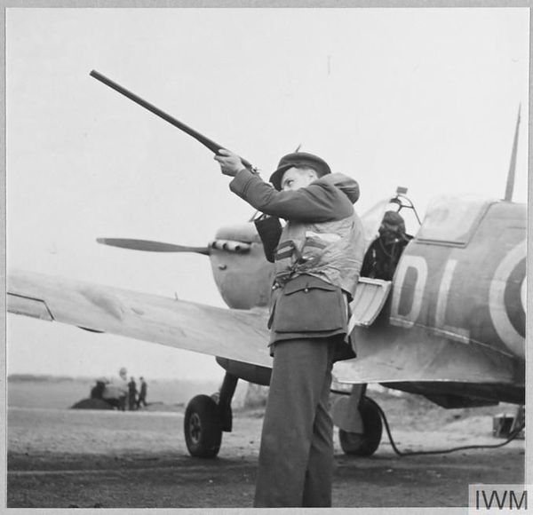 Jean Demozay prenant la pose pour le service photographique de la Royal Air Force (photo non datée).