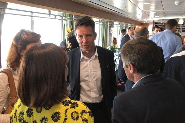 Le président du syndicat des patrons français en discussion avec les chefs d'entreprise insulaires