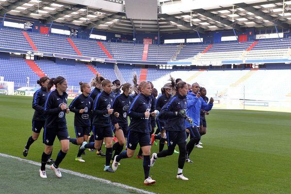 Elise Bussaglia (au premier plan) et l'équipe de France (ici, à Caen avant le match contre le Chili) poursuivent leur série de matchs amicaux. Elles affronteront, ce lundi 23 octobre, le Ghana, au stade Delaune à Reims .