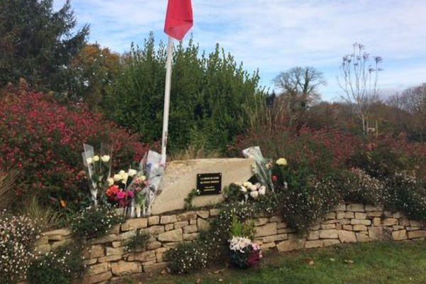 Des roses blanches ont été déposées par des habitants de Melgven (29) en hommage à Estelle Rouat, tuée il y a un an dans l'attentat du Bataclan à Paris