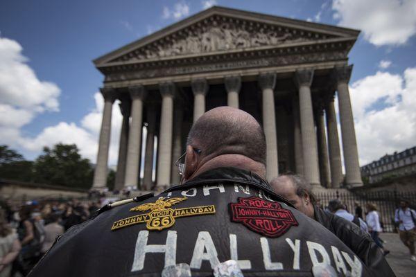 Des milliers de fans se sont rassemblés à la Madeleine pour célébrer les 75 ans de Johnny Hallyday.