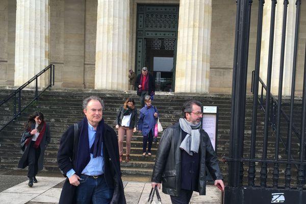 Les plaignants à la sortie du tribunal