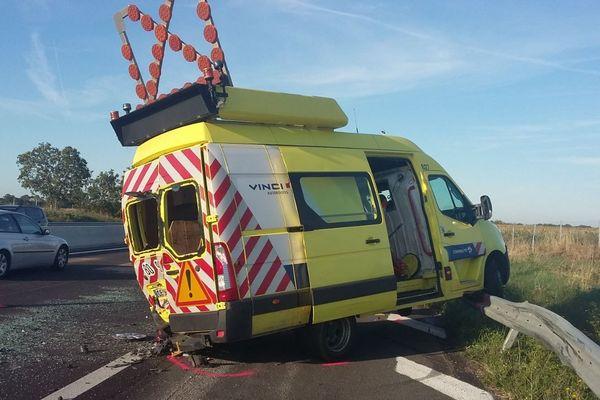 Le fourgon à bord duquel travaillaient deux agents de Vinci Autoroutes après l'accident sur l'A10.