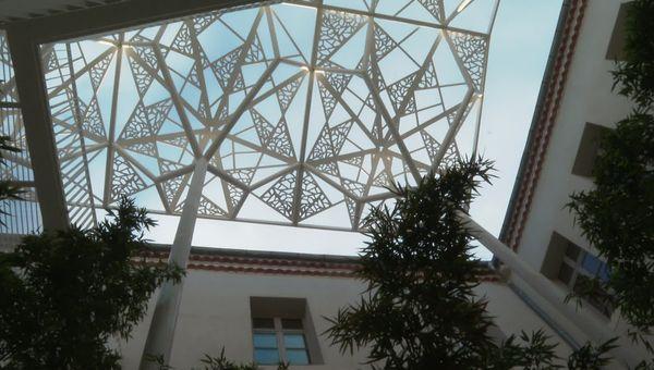 Le patio du conservatoire de Narbonne, une touche de modernité qui reflète les divers enseignements artistiques.