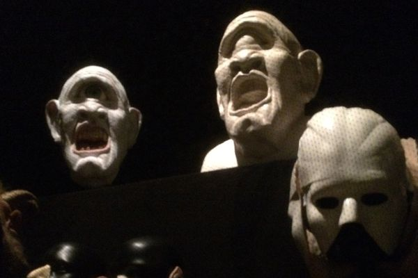 Ces masques en latex font partie des accessoires de scène exposés au CNCS (Centre National du Costume de Scène) à Moulins dans l'Allier jusqu'au 11 mars 2018.