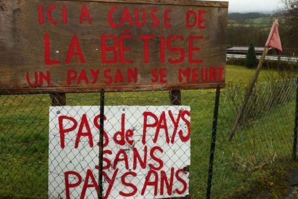 Dans le Cantal, un éleveur de Lacapelle-Visecamp a été condamné par la Cour d'appel de Limoges en raison des nuisances olfactives de son troupeau de vaches Salers. L'agriculteur avait reçu le soutien de la population locale.