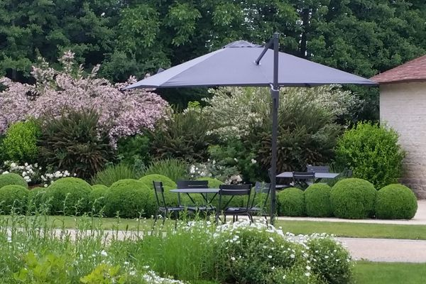 Les parasols DESS habillent les jardins de la maison de champagne Devaux à Bar-sur-Seine