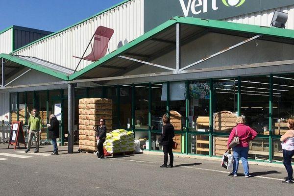 À Guichen - Ille-et-Vilaine - ce samedi, les clients respectent les distances. Ils repartent avec des plants de salades, pommes de terre et fraisiers.