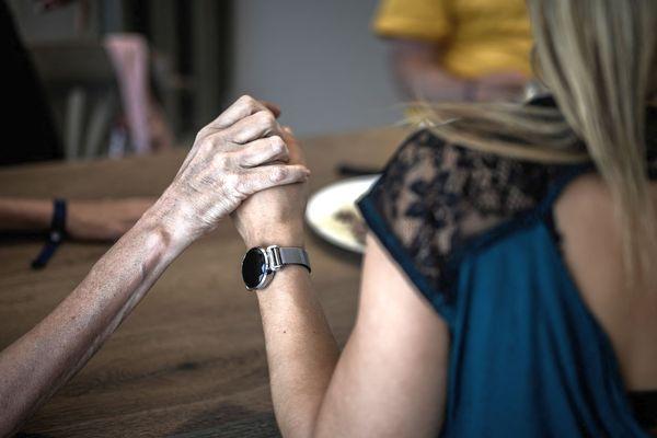 Vivre ensemble, faire des projets, malgré la maladie : c'est le crédo de l'association France Alzheimer. illustration.