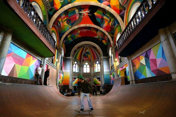 """Abandonnée depuis plusieurs décennie, cette église de 1915 répond désormais au nom de """"Kaos Temple"""", une sorte de parodie pour skateurs à Llanera, dans les Asturias espagnoles"""