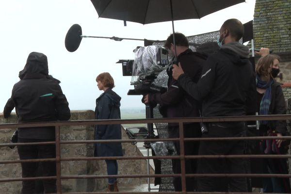 """L'équipe de tournage """"Meurtre au Mont-Saint-Michel"""" au travail sur les remparts"""