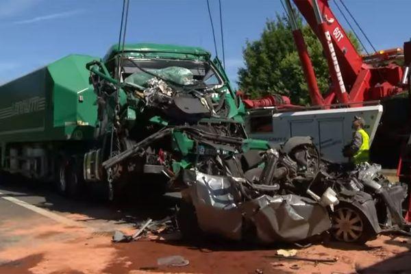 Au premier plan, la voiture écrasée. Au second plan, l'un des poids lourds impliqué dans l'accident